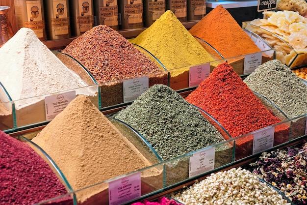 Especias para la venta en el bazar de las especias en estambul turquia