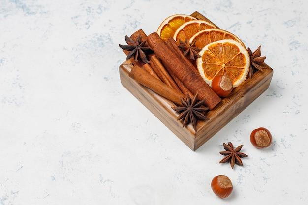 Especias de vino caliente en caja de madera sobre mesa