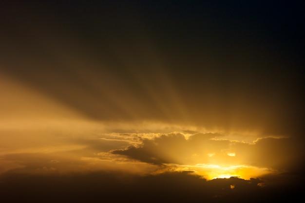 Espectacular cielo al atardecer con rayos de luz a través de las nubes