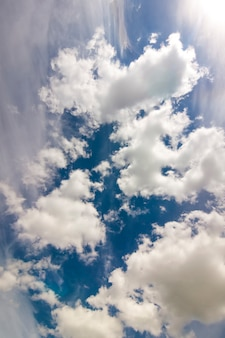 Espectacular cielo azul con nubes blancas hinchadas en brillante claro soleado