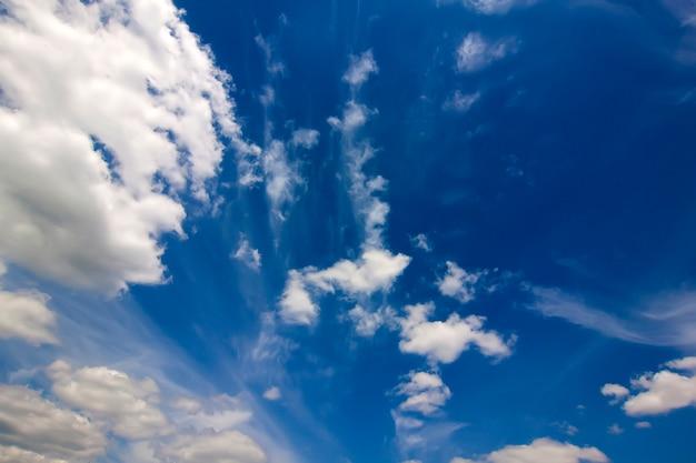 Espectacular cielo azul con nubes blancas hinchadas en un brillante día claro de primavera