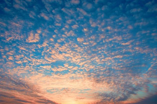 Espectacular fondo de cielo al atardecer con nubes ardientes