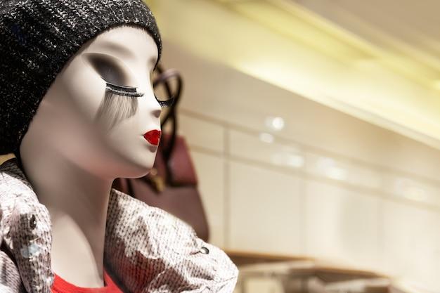 Espectacular maniquí en la tienda con labios brillantes y pestañas largas.