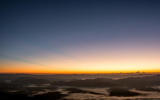 Espectacular puesta de sol y amanecer cielo y montaña capa
