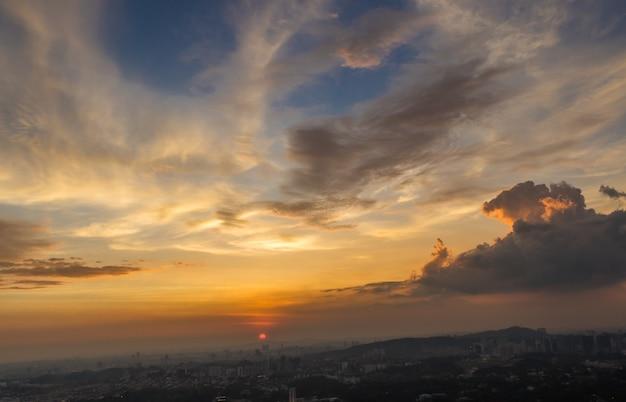 Espectacular puesta de sol y nubes sobre kuala lumpur