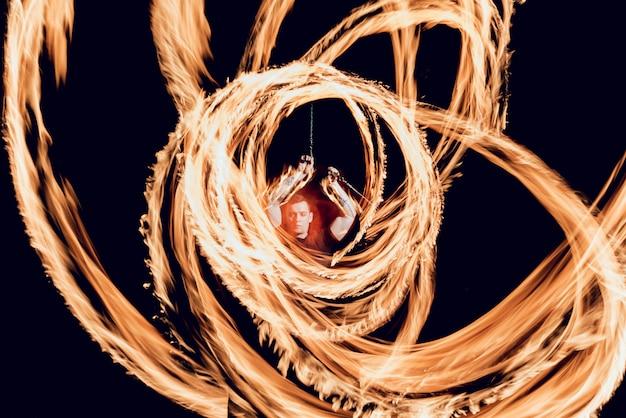 Espectáculo de fuego. funcionamiento del fuego en la noche.