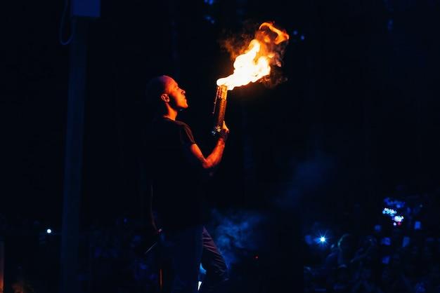 Espectáculo de fuego, el hombre fakir hace la presentación nocturna