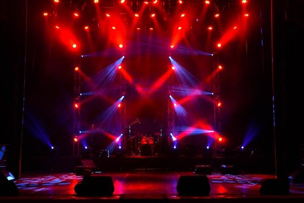Espectáculo de luces de concierto, luces de escenario, luces de escenario de colores, espectáculo de luces en el concierto.