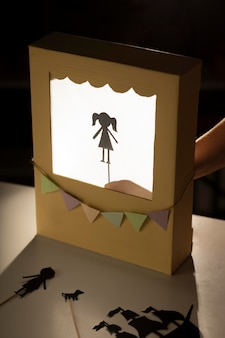 Espectáculo de marionetas en arreglo de cartón