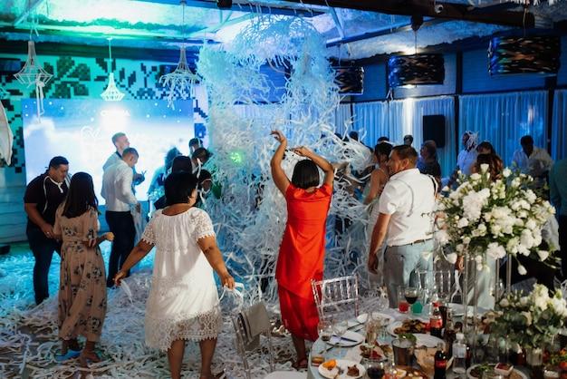 Espectáculo de papel con cintas de papel en el salón de banquetes, emociones brillantes.