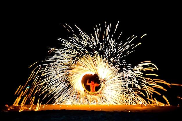 Espectáculo de rendimiento de fuego bailarines swing espectáculo de baile de fuego en la playa de koh samet, tailandia