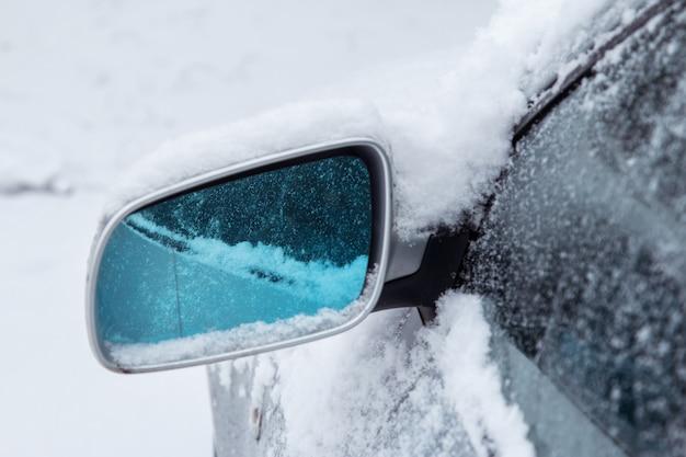 Espejo de coche y nieve