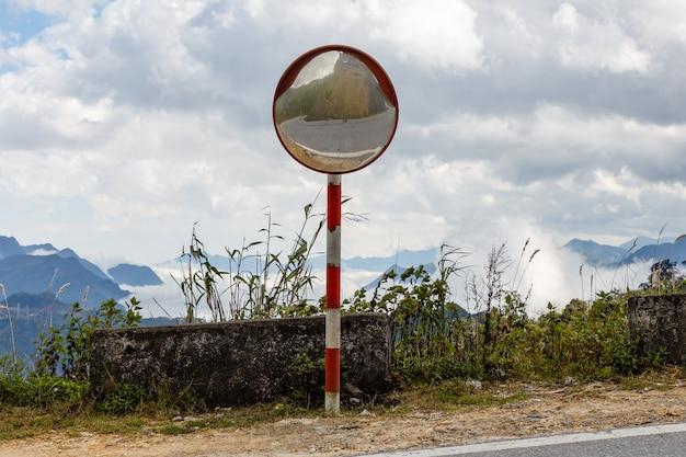 El espejo de curva de tráfico