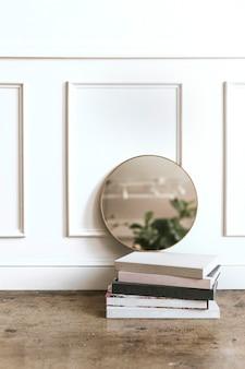 Espejo enmarcado por una pared blanca.