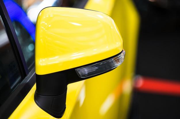 Espejo lateral del automóvil de cerca, espejo retrovisor del automóvil en un automóvil moderno