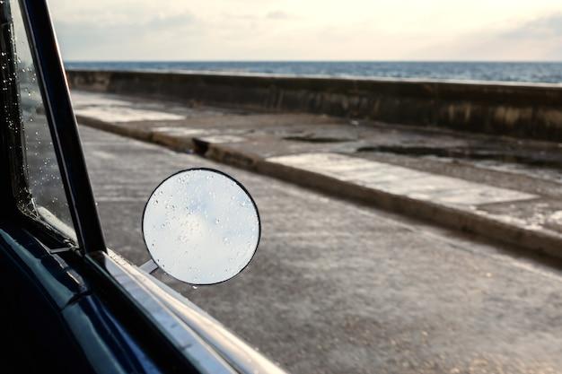 Espejo lateral del coche retro