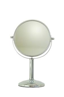 Espejo de plata para maquillaje aislado sobre fondo blanco.