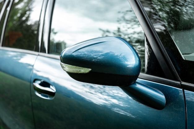 Espejo retrovisor lateral en un automóvil moderno.