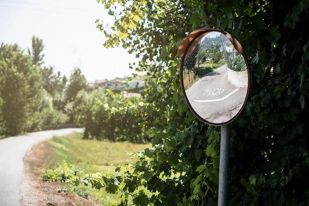 Espejo de seguridad convexo en un camino rural