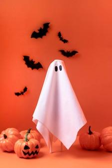 Espeluznante fantasma de halloween con calabazas y murciélagos