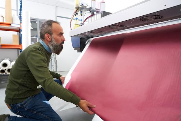Espertise man in plot printing industria plotter