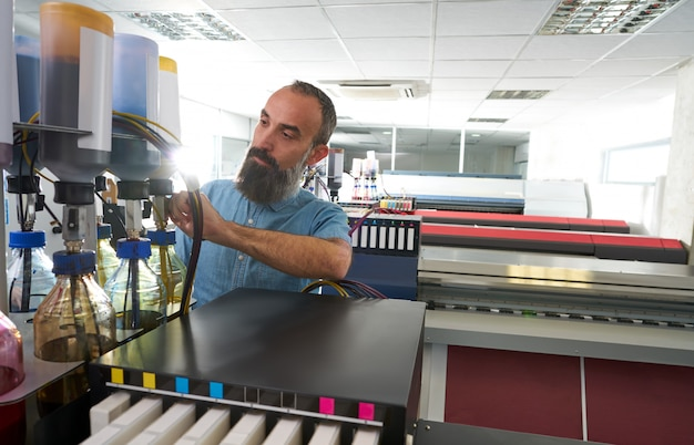 Espertise man in plot printing industria plotter