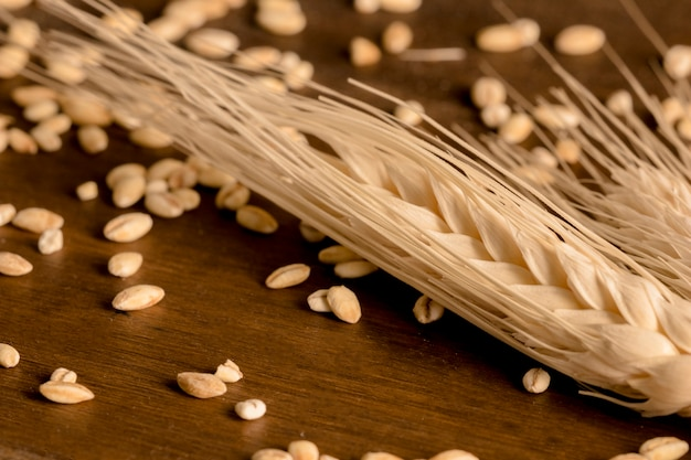 Espiga de trigo en mesa de madera marrón