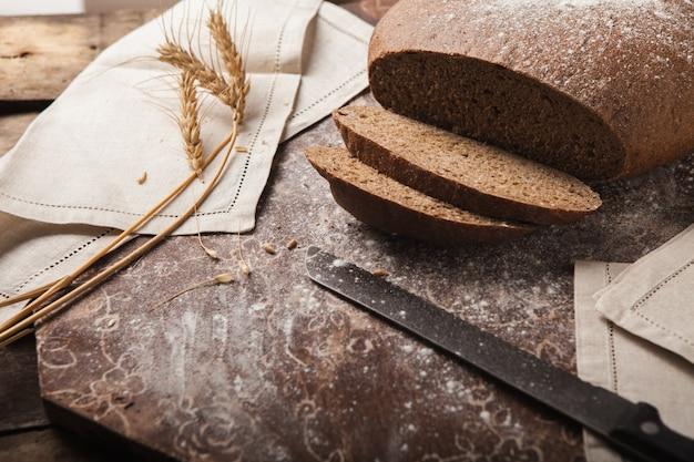 Espiguillas de centeno de pan sobre un fondo de madera