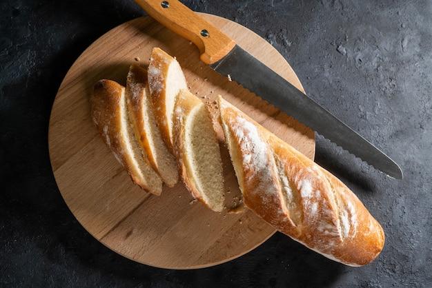 Espiguillas de pan de centeno en una vieja mesa