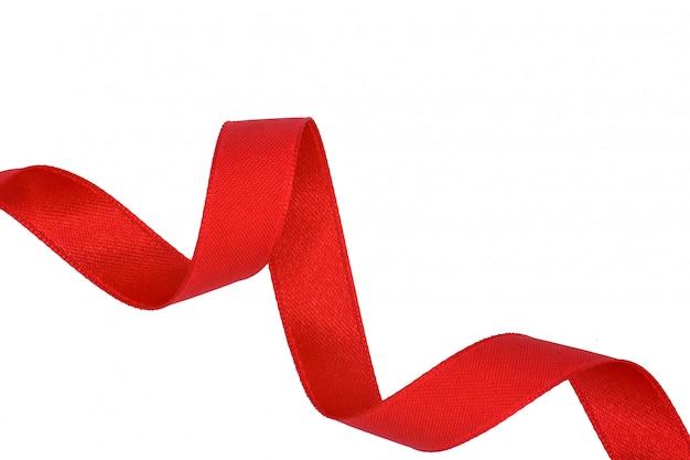 Espiral de cinta de tela roja aislada sobre fondo blanco