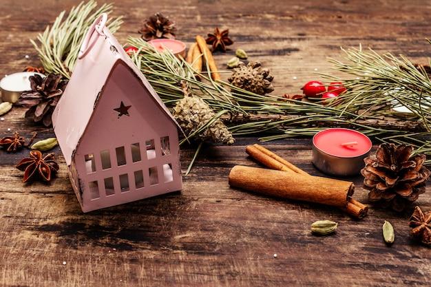 Espíritu árbol de navidad, faro, velas, especias, ciervos, conos. decoraciones de la naturaleza, tableros de madera vintage