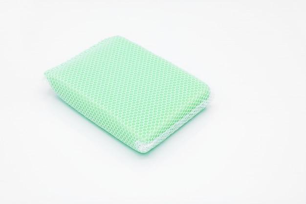 Esponja de color azul pálido en red para artículos de limpieza.