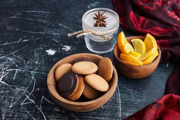 Esponja las galletas con chocolate y limón.