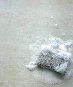 Esponja gris con espuma