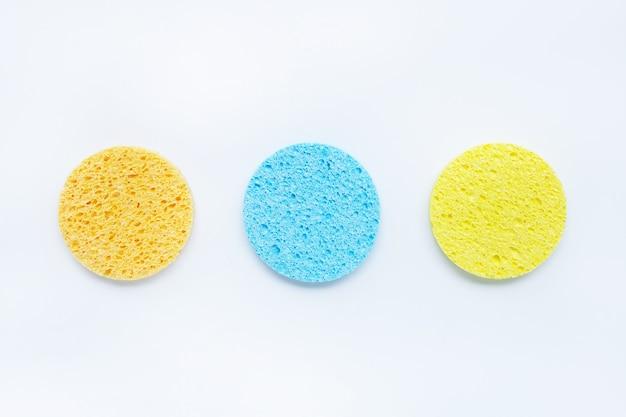 Esponja para limpieza facial de maquillaje en blanco.