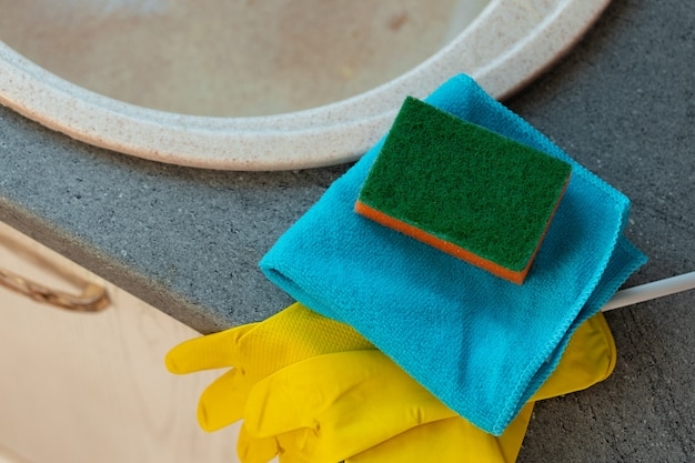 Esponja de limpieza y trapo en la encimera de la cocina