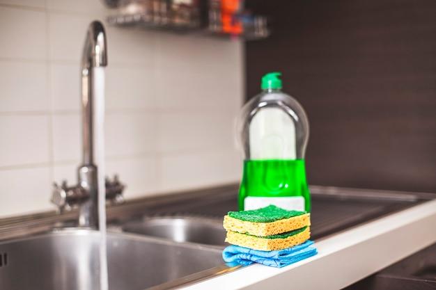 Esponjas para limpiar en primer plano y detergente.