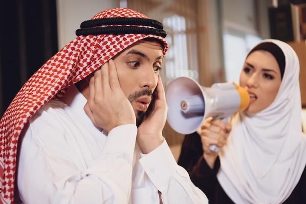 Esposa árabe en la recepción de terapeutas grita