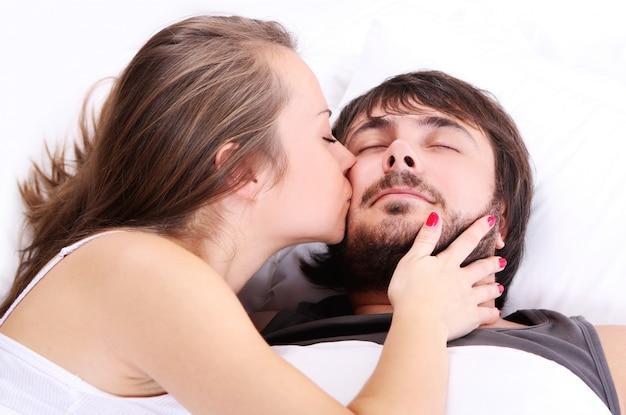 Esposa está besando a su marido mejilla