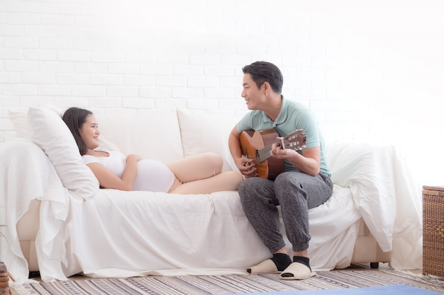 Esposa embarazada y su marido