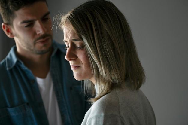 Esposa y esposo peleando