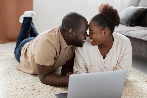 Esposa y esposo tienen tiempo de calidad en casa