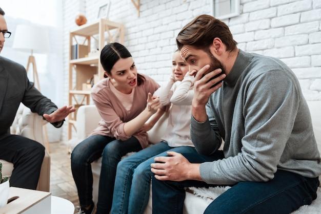 Esposa gritando sobre el esposo en la oficina del psicólogo