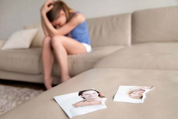 Esposa solitaria sufriendo despues de la ruptura en casa