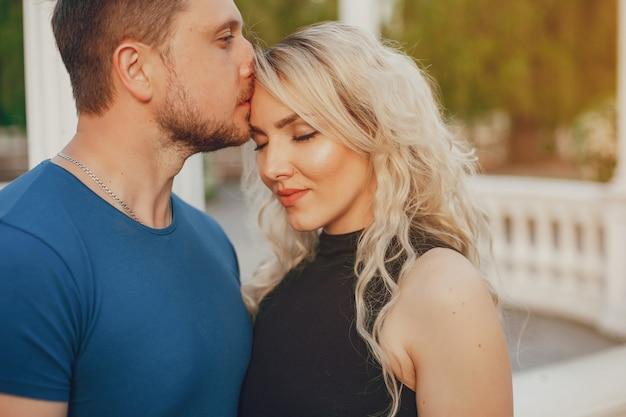 Esposa con su esposo en un parque de verano