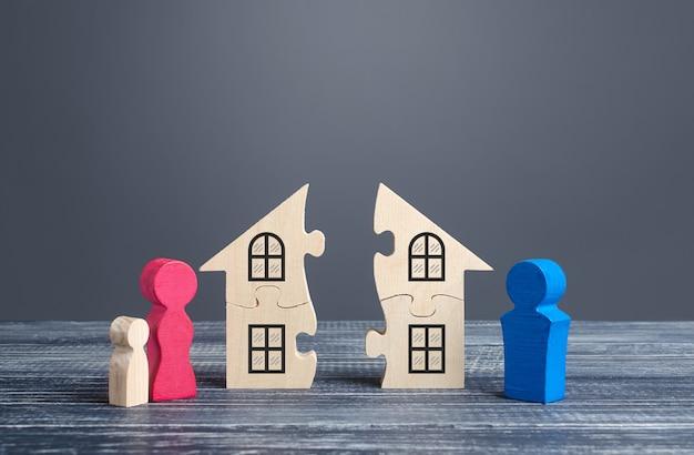 El esposo y la esposa dividen una casa en un proceso de divorcio