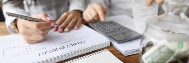 El esposo y la esposa hacen un plan financiero familiar mensual para 2020