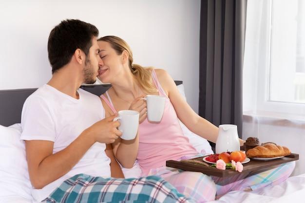 El esposo hizo una sorpresa y preparó el desayuno para su amada esposa.