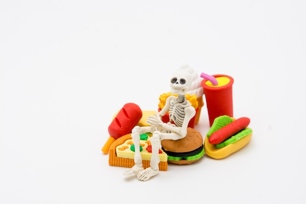 Esqueleto y alimentos, disfruta comiendo hasta la muerte con comida chatarra.
