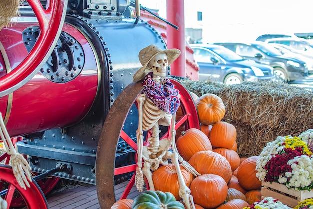 Esqueleto de halloween un esqueleto lleva un sombrero de paja un lugar de decoración de halloween para texto